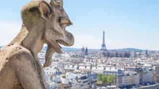 Una gárgola que apunta hacia una panorámica de París