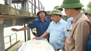 Thủ tướng Nguyễn Xuân Phúc thị sát đập tràn ở Ninh Bình để chỉ đạo bảo vệ đê.