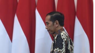 Presiden Joko Widodo berjalan memasuki ruang rapat terbatas (ratas) di Kantor Presiden, Jakarta, Selasa (06/08/2019)