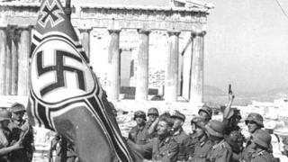 Nazis izando la bandera en el Acrópolis