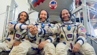 Astronautas estadounidenses y rusos.