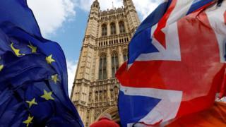 英国议会塔楼前飘扬着欧盟与英国的旗帜