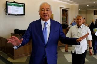 Mantan Perdana Menteri Malaysia Najib Razak di antara kasusnya di Pengadilan Tinggi Kuala Lumpur (28/08).