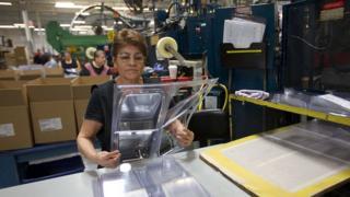 Женщина на фабрике в США