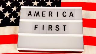 "Cartel con la frase ""America first"""