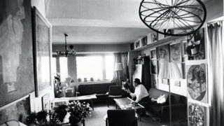 Георгий Костаки в своей московской квартире