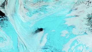 Agujero en el hielo en el Mar de Weddell en la Antártica