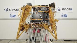 Fotografia da espaçonave Beresheet, em uma sala de exposição