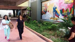 Estudantes caminham na Universidade de Zulia, na Venezuela