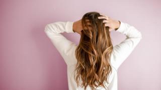 Цвет нашим волосам придают два меланиновых пигмента: евмеланин и феомеланин, которые определяют насыщенность цвета и его оттенок