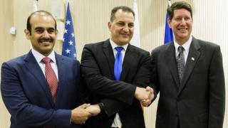 Katar Petrolleri CEO'su Saad Şerida el Kaabi, GKRY Enerji Bakanı George Lakkotrypis ve Exxon Mobil Başkan Yardımcısı Andrew Swiger, 5 Nisan 2017'de Lefkoşa'da anlaşmayı imzaladı.