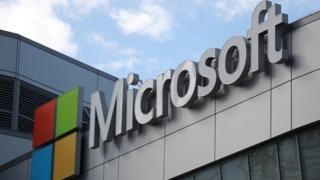 شعار Microsoft أعلى مكاتبها في لوس أنجلوس