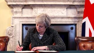 दोन वर्षापुर्वी थेरेसा मे यांनी यूरोपियन यूनियनला अधिकृत रितीने सांगितलं होतं की यूके बाहेर पडत आहे.