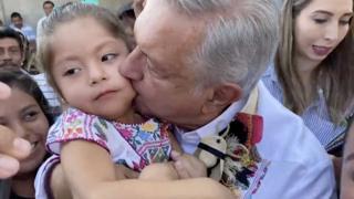 AMLO besa a una niña en Guerrero.