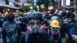 香港灣仔街頭身穿保護裝備之「反送中」示威者與警察對峙(11/8/2019)