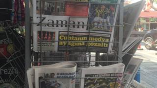 Tel raflarda Zaman gazetesinin son sayısı duruyor.