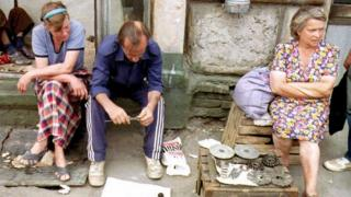 লোকজন রাস্তায় নেমে ঘরের জিনিসপত্র বিক্রি করছিল