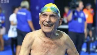 အသက် ၉၉ နှစ် ဘိုးဘိုးကြီး ရေကူးမှာ ကမ္ဘာ့စံချိန်တင်