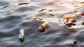 泰国一条河流上漂浮的塑料瓶