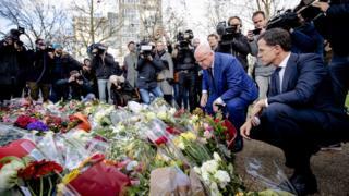 Utrecht saldırısı sonrası çiçek bırakanlar