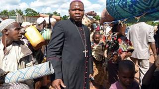 L'archevêque de Bangui Mgr Dieudonné Nzapalainga (C) avec les réfugiés à Yaloke, en 2014 (illustration).