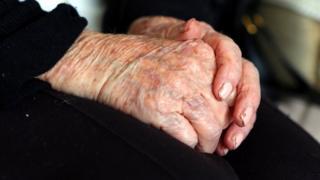 деменція, літня людина, руки