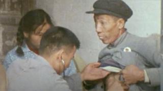 """En este antiguo documental de la BBC se ve cómo un """"doctor descalzo"""" atiende un paciente."""