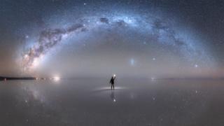 A espetacular imagem da Via Láctea refletida em deserto de sal que ganhou homenagem da Nasa