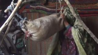 خانہ بدوشی کی زندگی گزارنے والی ناز بی بی کے معمولات زندگی میں جو کام سب سے زیادہ مشکل ہے وہ روایتی طریقے سے لسی بنانے کا ہے جس پر وہ روزانہ دو سے تین گھنٹے صرف کرتی ہیں۔