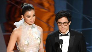 Gael García Bernal y Hailee Steinfeld presentando el Oscar al Mejor Corto Animado