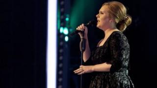 Foto de la cantante Adele en un concierto en 2010