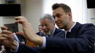 Сотто Навальный Усмановдун кызыкчылыгын коргоп жаткан белгилүү адвокат Генрих Падва менен селфи кылып жатат.