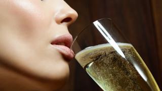 Mujer con copa de champaña.