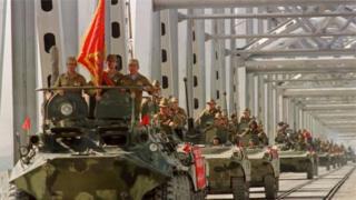 Советтик аскерлер Термездеги көпүрөнү кесип өтүп келе жатат. 1988-жылдын 21-майы.