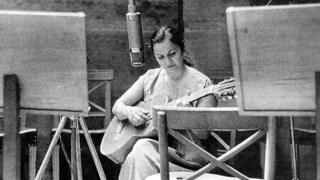 Violeta Parra grabando en Santiago en 1957 (crédito de foto: Fundación Violeta Parra).
