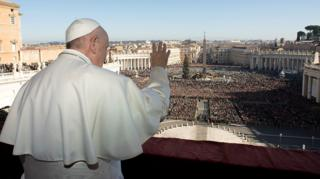 教皇方济各在梵蒂冈圣伯多禄大殿中央阳台上向信众挥手(25/12/2019)