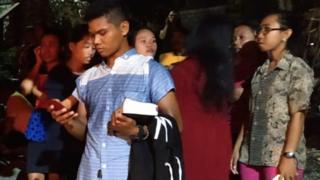 Warga Banggai berhamburan keluar saat gempa mengguncang.