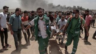 Homem ferido é carregado em maca em Gaza