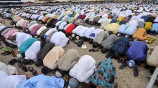 Musulmai na sallah a dandanyar kasa