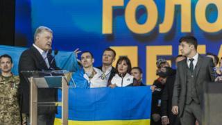 ولودیمیر زلسنکی (راست) روز جمعه در یک مناظره انتخاباتی در برابر پترو پروشنکو (چپ) حاضر شد