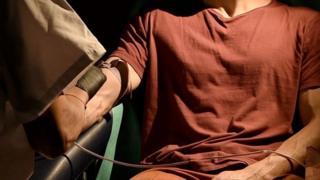 """Желающие становятся участниками интерактивного """"кровавого караоке"""" - они участвуют в создании произведения искусства своей собственной кровью"""