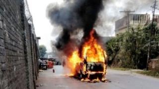 चीनी वाणिज्य दूतावास के पास जलती कार