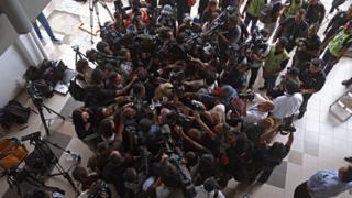 马来西亚雪兰莪雪邦法庭大楼内从高处俯瞰茜蒂·艾希亚代表律师魏顺成被摄影师与记者包围的情景(1/3/2017)