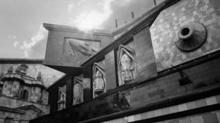 Побудований в Харкові спеціально для зйомок Інституту в гіперболізованій формі відтворив стиль архітектури радянського конструктивізму