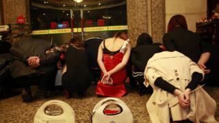 Vụ vây bắt các nhà thổ trá hình tại Đông Quản, Quảng Đông năm 2014 làm lộ ra tầm vóc của nghề bán dâm tại TQ