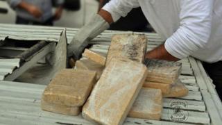 Base de cocaína apreendida pela PF em caminhonete na Via Dutra