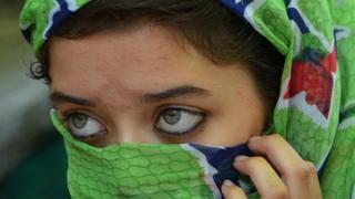 બુકાની બાંધેલી મહિલા જેની આંખો દેખાય છે.