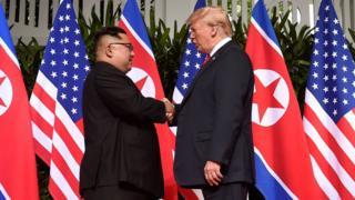Историческое рукопожатие президента США и лидера КНДР перед началом саммита