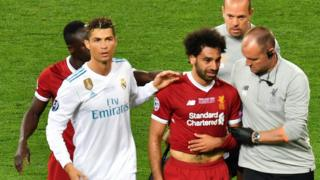 Ronaldo, Salah and club physios head off pitch