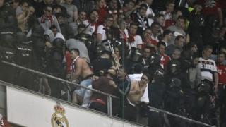 Polisi wa kukabiliana na fujo walikabiliana na mashabiki wa Bayern Munich mnamo 18 Aprili